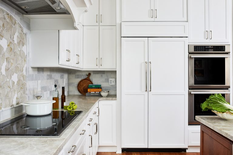 transitional kitchen with white cabinet with pull handles and pull drawers